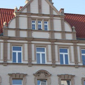 Szczecin – Gmach Komendy Policji przy al. Jana Pawła II 37. Dekoracja szczytów.