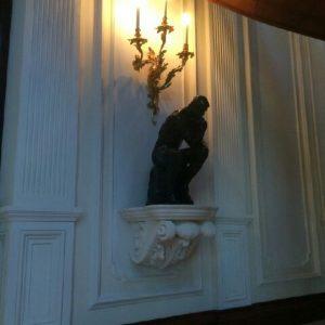Inwestycja prywatna. Konsola pod rzeźbą Auguste'a Rodina pt. Myśliciel