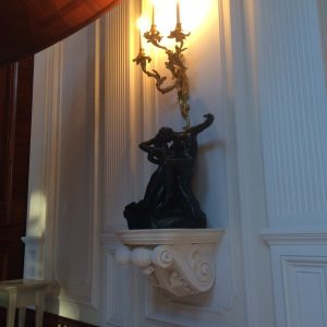 Inwestycja prywatna. Konsola pod rzeźbą Auguste'a Rodina pt. Wieczna Wiosna.