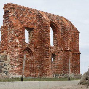 Ruiny kościoła w Trzęsaczu.