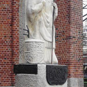 Kołobrzeg – Pomnik arcybiskupa Marcina Dunina przy Bazylice konkatedralnej – Oczyszczenie struktury kamiennej
