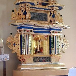 Sianów – Kościół pw. św. Stanisława Kostki – Aranżacja stipes ołtarza głównego