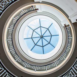 Sopot – Hotel HAFFNER. Dekoracje międzykondygnacyjne hotelowej rotundy. Proj. PiK Studio Architekci z Warszawy.